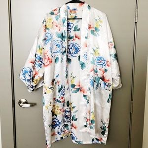 Floral Flowy Traditional Kimono + Pockets / Robe